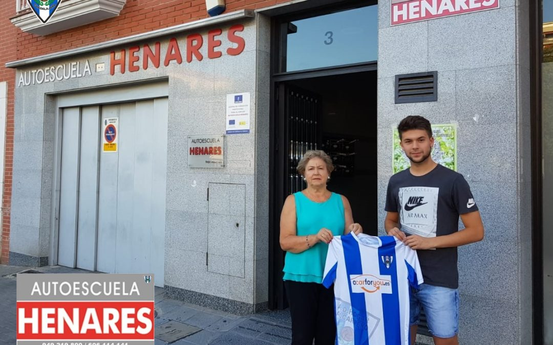 ALEX GARCÍA FIRMA POR EL HOGAR ALCARREÑO .En la sede de la Autoescuela Henares