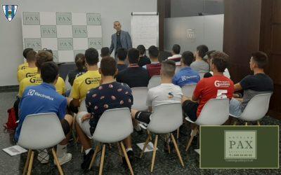 CARLOS TERRAZAS CON LOS ENTRENADORES DE CANTERA DEL HOGAR ALCARREÑO